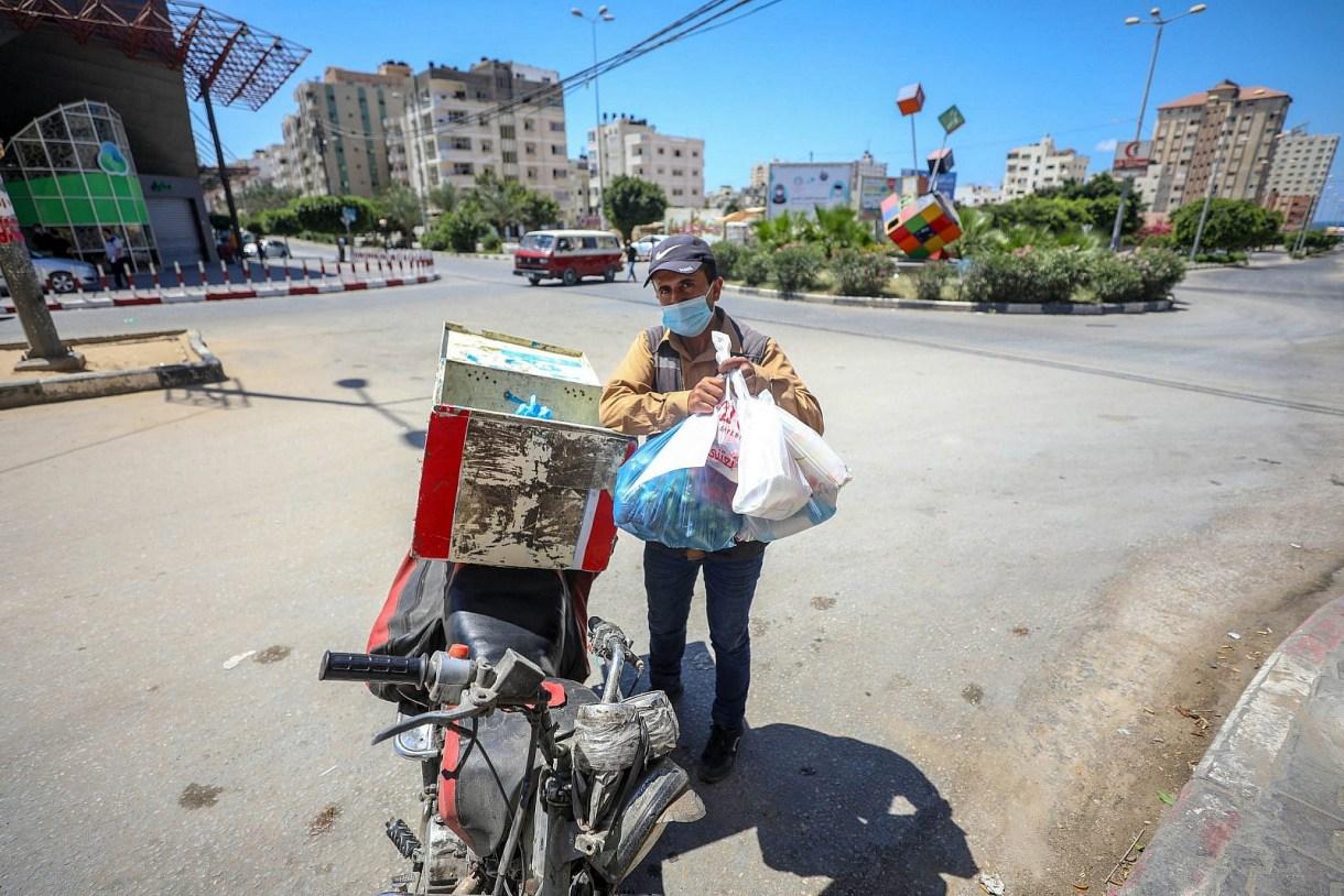 A Palestinian man transports groceries during the coronavirus lockdown in Gaza, August 27, 2020. (Mohammed Zaanoun/Activestills)