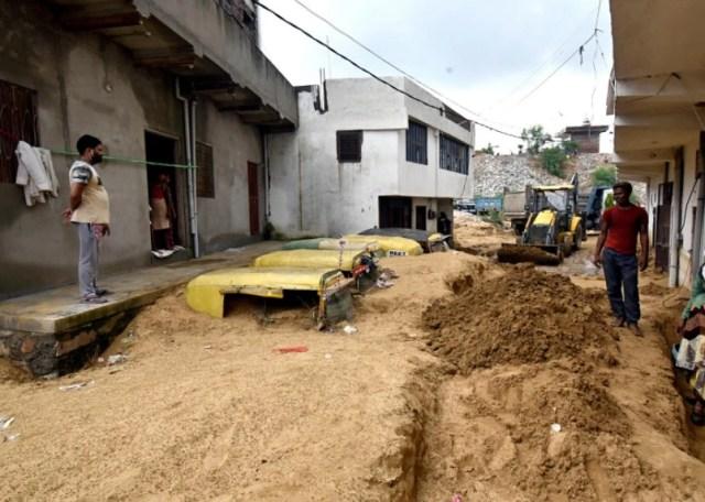 राजस्थान: जयपुर में भारी बारिश से तबाही, सड़कों पर मिट्टी में दबे वाहन, देखिए तस्वीरें