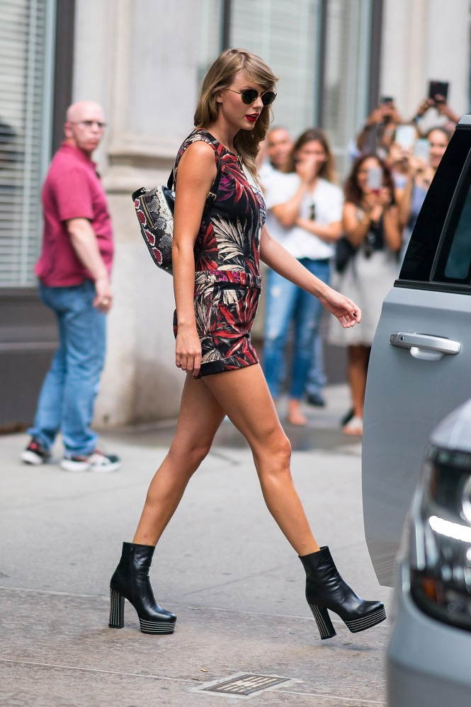 The Pics Of People Waiting Outside Taylor Swift S Apartment