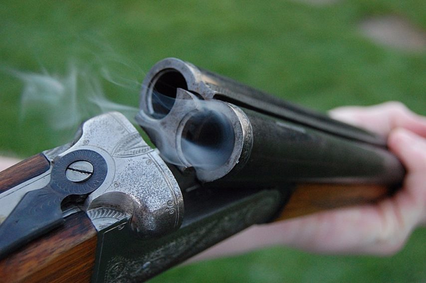 menace son voisin avec un fusil