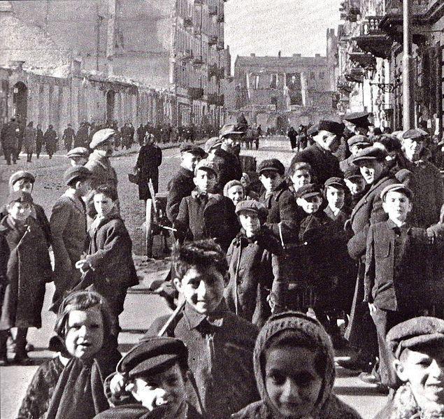 Le ghetto de Varsovie était le plus important ghetto juif durant la Seconde Guerre mondiale. Situé au centre de la ville, il fut créé en 1940 et pratiquement détruit en mai 1943 après l'insurrection de ses occupants contre les nazis. Il rassembla jusqu'à 380 000 personnes.