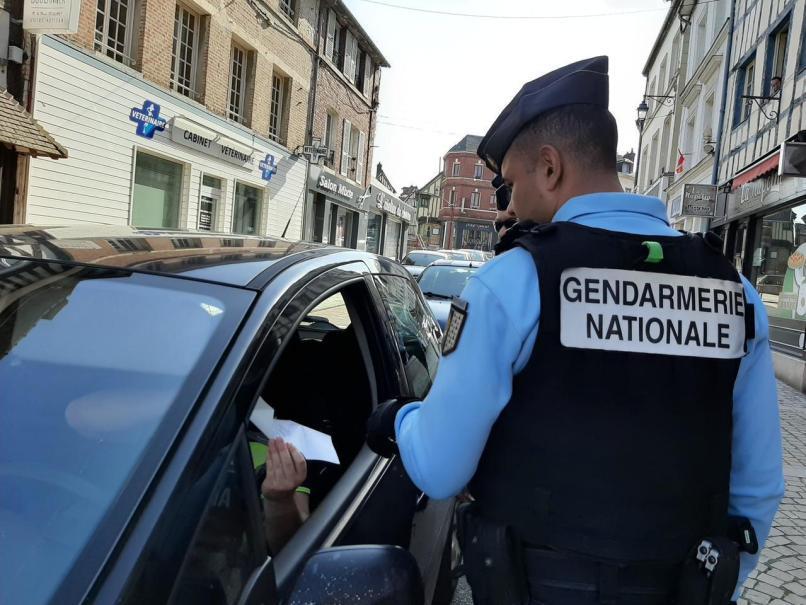 Policiers municipaux, policiers nationaux et gendarmes effectuent régulièrement des contrôles liés au confinement régulièrement, notamment à Louviers – ici photo d'un contrôle de la gendarmerie à Pont-de-l'Arche.