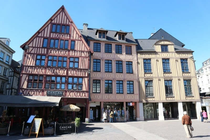 These three buildings are made of concrete, the facades were subsequently installed.  The Cancan restaurant is a facade of rue Orbe, the facade of the souvenir shop comes from rue Eau-de-Robec and the last house on the right has a facade of the old rue Fleuriguet in the district of La Pomme-d'or .