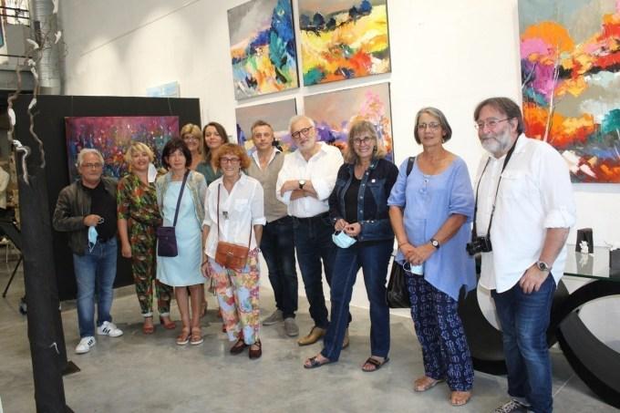 Les artistes avec la galeriste au hangar des Arts à Magny-en-Vexin (Val-d'Oise).