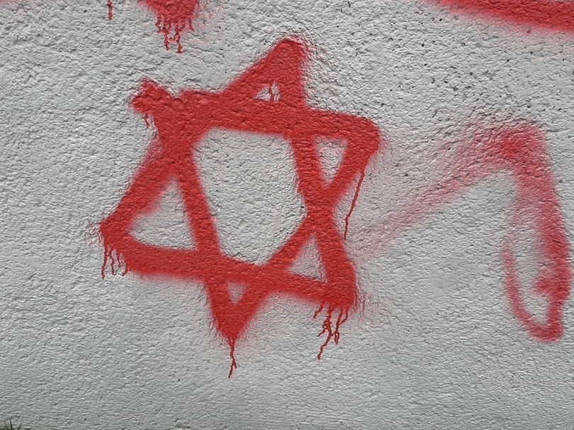 Une étoile de David, symbole    de la religion juive, a aussi été peinte sur le mur d'enceinte.