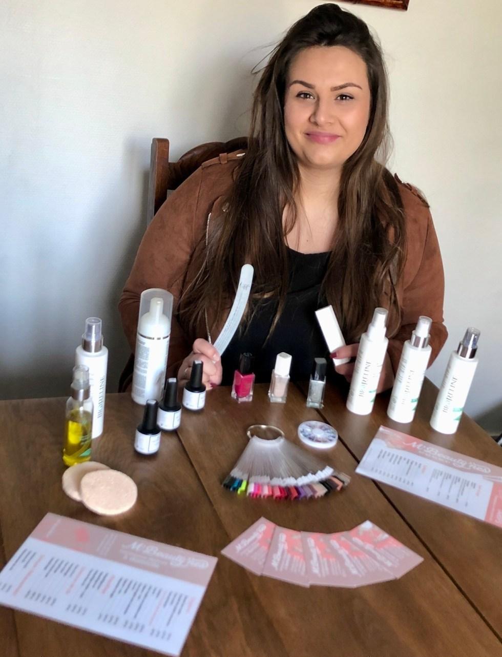 Mathilde de Beauchamp présente quelques-uns des produits qu'elle utilise pour les soins de la peau