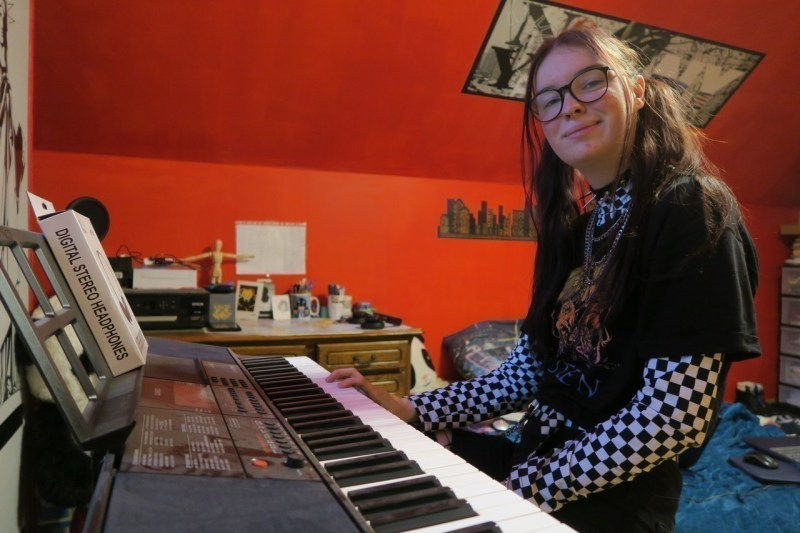 Next step for Océane, learn to master her synth keyboard and move on to composition.