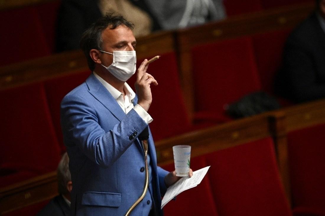 Le député Francois-Michel Lambert brandit un joint à l'Assemblée le 4 mai 2021 pour défendre la légalisation du cannabis proposée par une mission parlementaire.