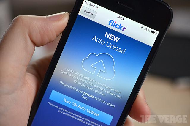 Flickr trên iOS đã có thêm tính năng tải ảnh tự động - Ảnh: TheVerge