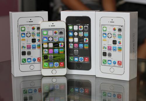 iPhone 5S ra mắt tại Việt Nam có giá tốt hơn so với bản iPhone 5 (2012). Ảnh: Tuấn Hưng.