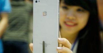 BPhone phiên bản màu trắng tại sự kiện ra mắt ngày 26-5 (Hà Nội) - Ảnh: Nguyễn Khánh
