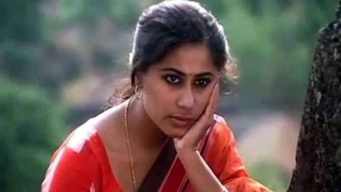Smita Patil died at a very young age.  She passed away 6 hours after giving birth to her son Prateik Babbar.  It was later said that he died due to negligence in treatment.