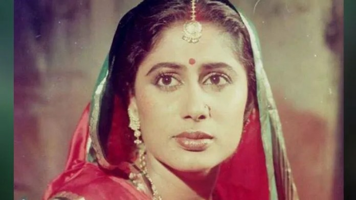 About 14 of his films ('Mirchi Masala', 'Dance-Dance', 'Thikana', 'Sutradhar', 'Insanity of Enemies',' Ahsan ',' Rahi ', Nazrana', 'Awam', 'Sher' Shivaji ',' Waris', 'Hum Farishte Nahin', 'Charms' and' King of the Streets') were released after death.  At the age of 21, she was given the National Award for her sensitive performance in the film 'Bhumika'.