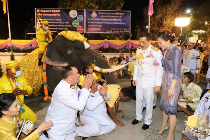 Their Majesties the King and Queen are greeted by well-wishers on Saturday after the monarch presided over the opening ceremony of Phra Nakhon Sri Ayutthaya Kwaeng Court in Ayutthaya. An elephant from the Ayutthaya Elephant Palace & Royal Kraal was also present to welcome them. (Photo by the Royal Household Bureau)