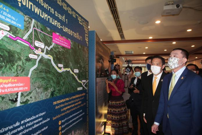Transport Minister Saksayam Chidchob is briefed on the progress of the Bangkok-Nong Khai high-speed train project. The minister presided over the signing of three civil engineering work contracts for the route on Monday.(Photo by Apichart Jinakul)