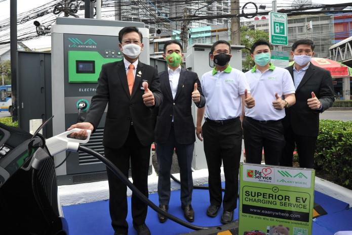 From leftJaturong Suriyasasin, deputy governor of the Metropolitan Electricity Authority, Aswin Techajareonvikul, chief executive of Big C Super Center, Somphote Ahunai, chief executive of Energy Absolute, and Mr Amorn, at the opening ceremony for the EA Anywhere charging station at the Lat Phrao Soi 2 branch of Big C.
