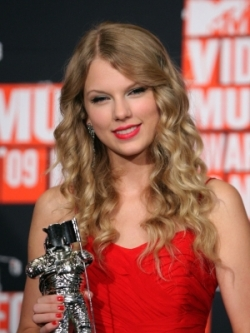 https://i2.wp.com/static.becomegorgeous.com/img/arts/2009/Sep/14/1160/taylorswifthairstyles_loosecurls_thumb.jpg?w=525