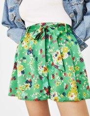 Short à fleurs avec ceinture