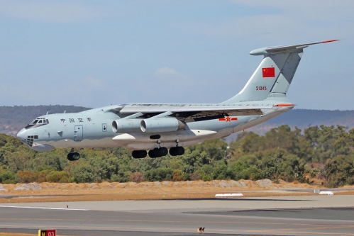 PLAAF_Ilyushin_Il-76_landing_at_Perth_Airport_-2.jpg