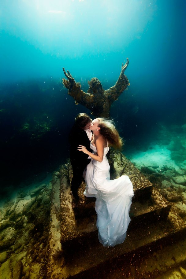 https://i2.wp.com/static.boredpanda.com/blog/wp-content/uploads/2014/10/underwater-mermaid-brides-adam-opris-7.jpg?resize=608%2C913