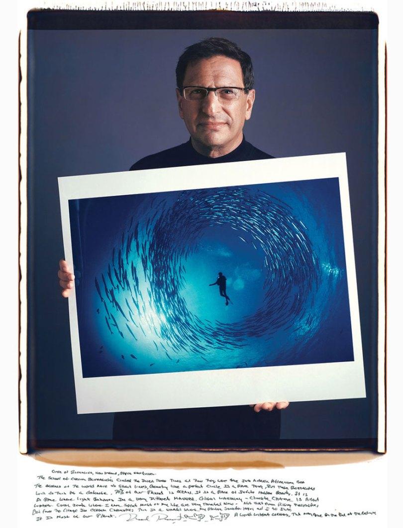 famous photographer portraits behind photographs tim mantoani 2 - Eles posaram para foto segurando suas próprias fotografias
