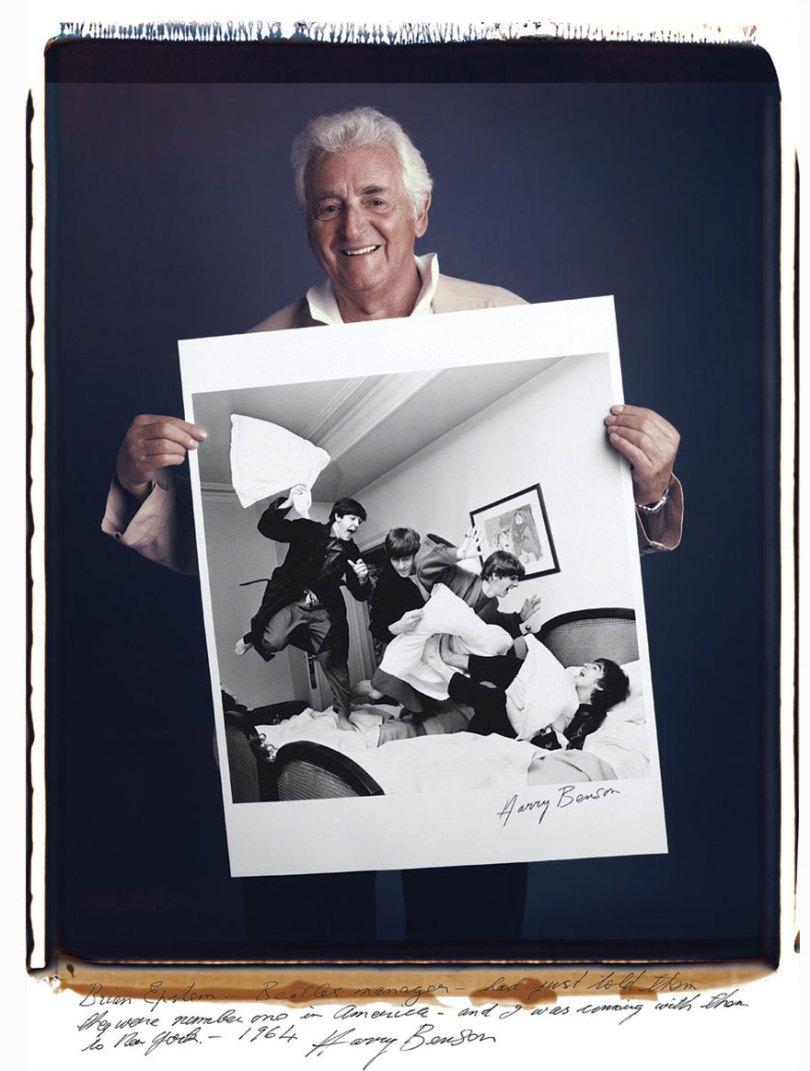 famous photographer portraits behind photographs tim mantoani 9 - Eles posaram para foto segurando suas próprias fotografias