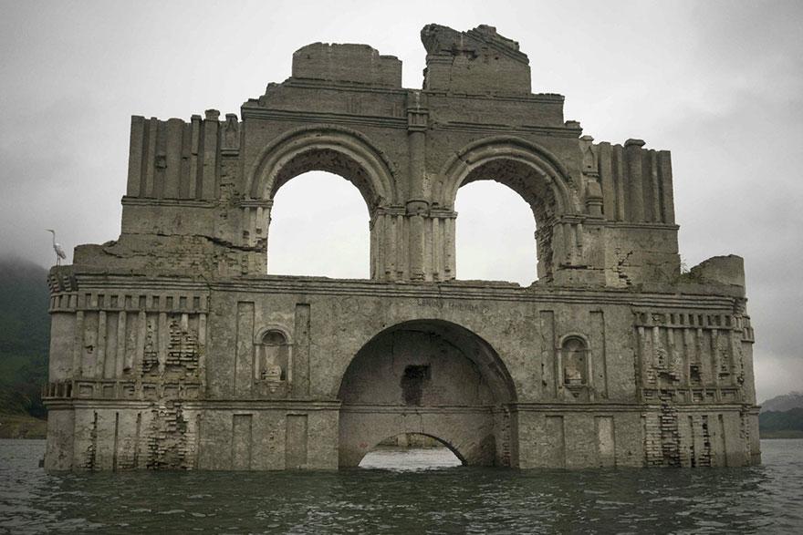 colonial-church-emerges-water-resevoir-temple-santiago-quechula-mexico-2