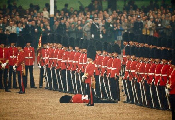 Irlandeses dispositivos de protección permanezcan en la atención Después de un soldado de la guardia desmaya en Londres, Inglaterra, junio de 1966
