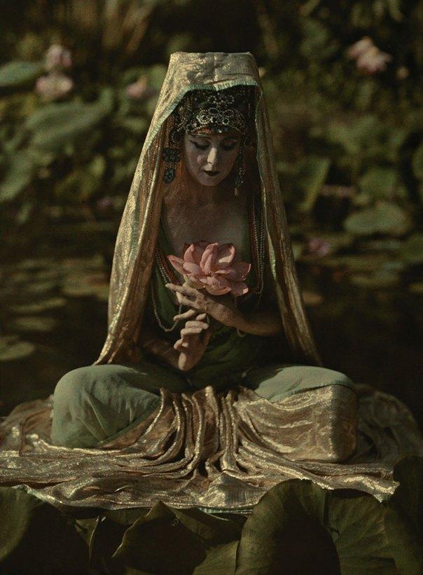 Mujer Adornado como una diosa china posa en un jardín en California, 1915