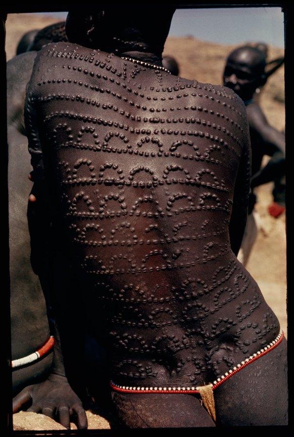 Ronchas, las cicatrices de la belleza, patrón de la parte posterior completa de una mujer Nuba, en Sudán, 1966