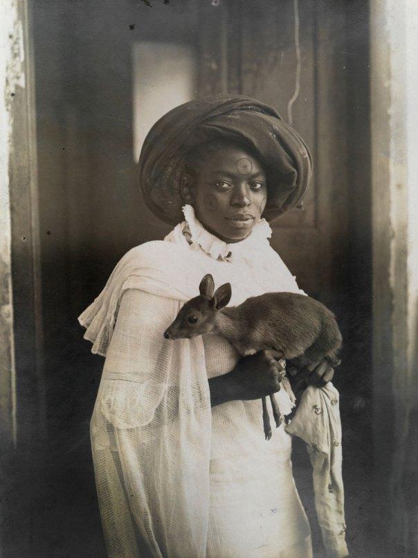 Una mujer de Kenia joven mantiene su ciervos mascota en Mombasa, marzo de 1909