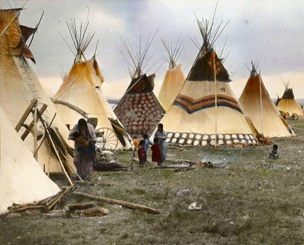 """Tipis pintadas de los jefes"".  Pies Negros.  Montana.  Principios de 1900.  Por Walter Mcclintock"