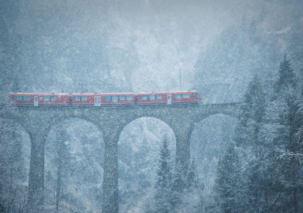 Tormenta de nieve en las montañas, Suiza