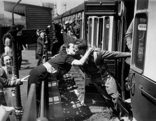 Una mujer se inclina sobre la barandilla de besar a un soldado británico regresaban de la Segunda Guerra Mundial, Londres, 1940
