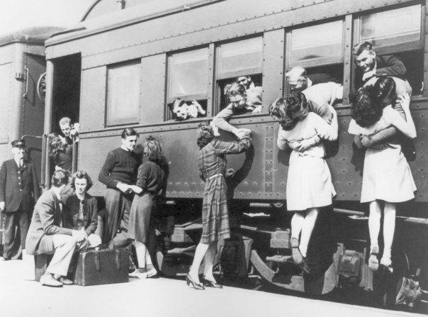 El decir adiós en la estación de tren antes de partir hacia la Segunda Guerra Mundial