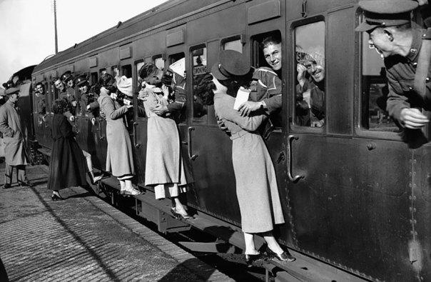 Soldados de partir hacia Egipto se asoman a sus ventanas de besar a sus seres queridos adiós de 1935