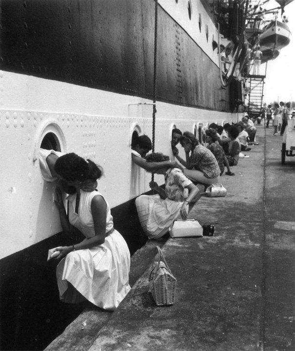 Soldados estadounidenses Cómo Último beso en el barco antes de la implementación Para Egipto, 1963