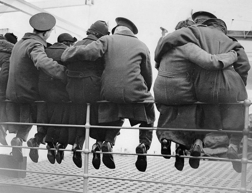 I soldati inglesi salutare le loro mogli, sta preparando per andare in Egitto, 1937