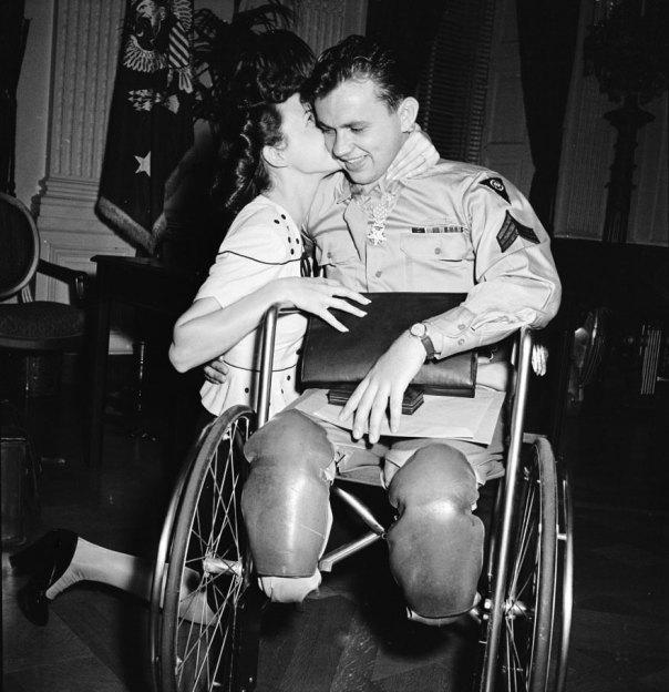 Jean Moore se arrodilla y besa a su prometido, la Segunda Guerra Mundial Veterano de una silla de ruedas Ralph Neppel de 1945