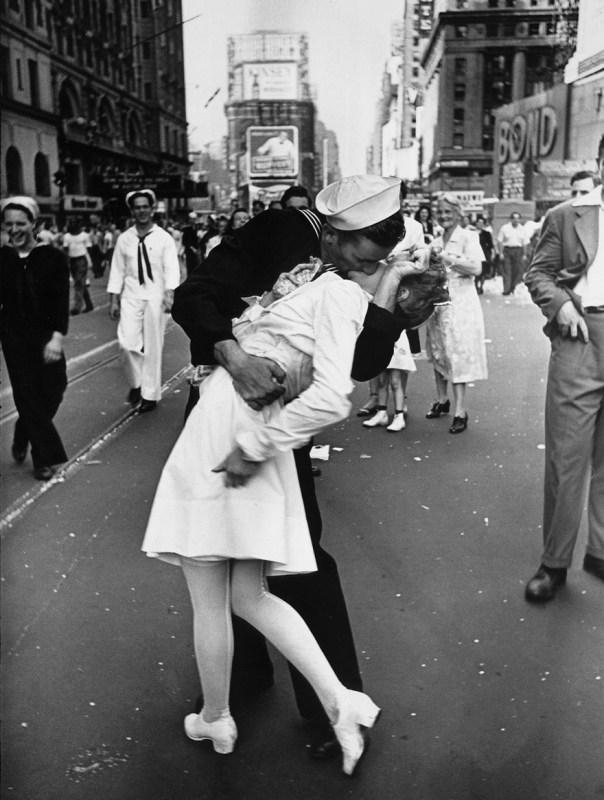 Un marinero besa a una enfermera en Times Square de Nueva York. Esta icónica foto simboliza el final de la Segunda Guerra Mundial de 1945