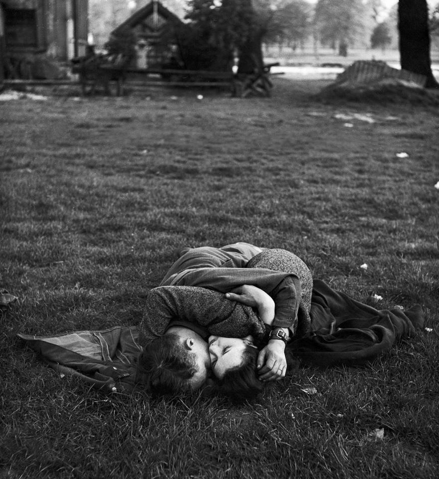 Soldato americano bacia la sua amica inglese sul prato di Hyde Park 1945