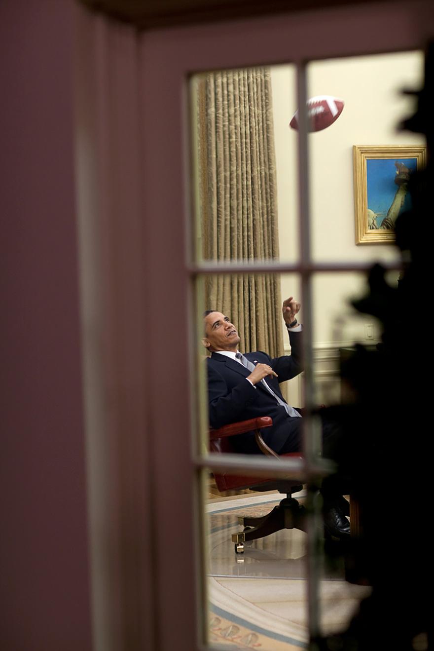 Il Presidente Tosses attorno alla palla prima di una riunione In Studio Ovale