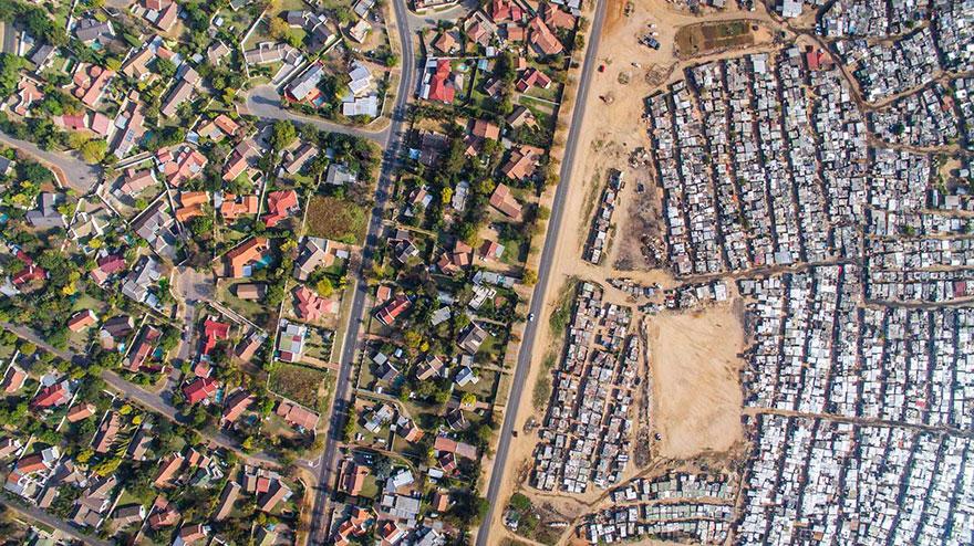 10 φωτογραφίες γίνονται με μη επανδρωμένα αεροσκάφη δείχνουν την γραμμή που χωρίζει πλούσιους από φτωχούς