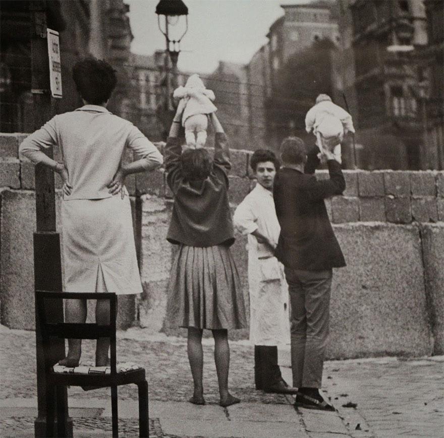 I residenti di Berlino Ovest mostrare ai bambini ai loro nonni che risiedono sul lato orientale, 1961