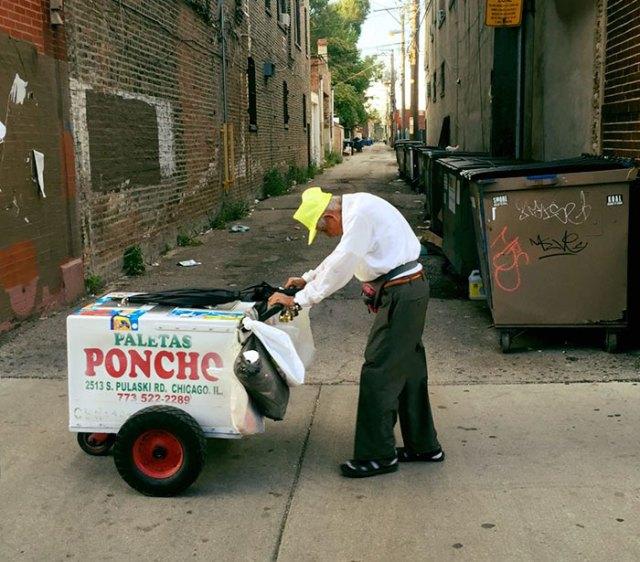 -Sênior homem empurrando-cart-picolé-street-vendedor de fundraiser-Fidencio-sanchez-1