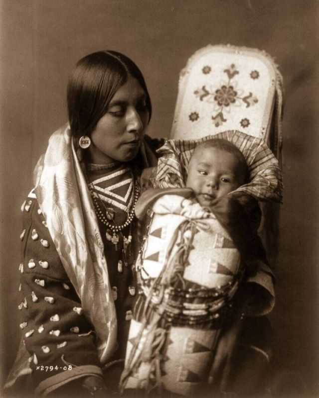 An Apsaroke mother and child, 1908
