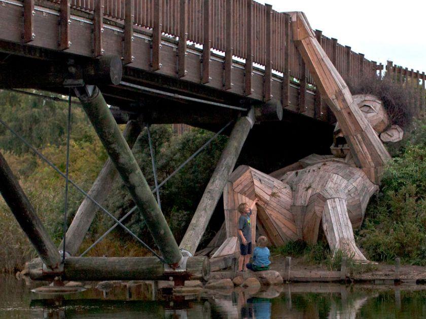 Faóriás felkapaszkodik a hídra