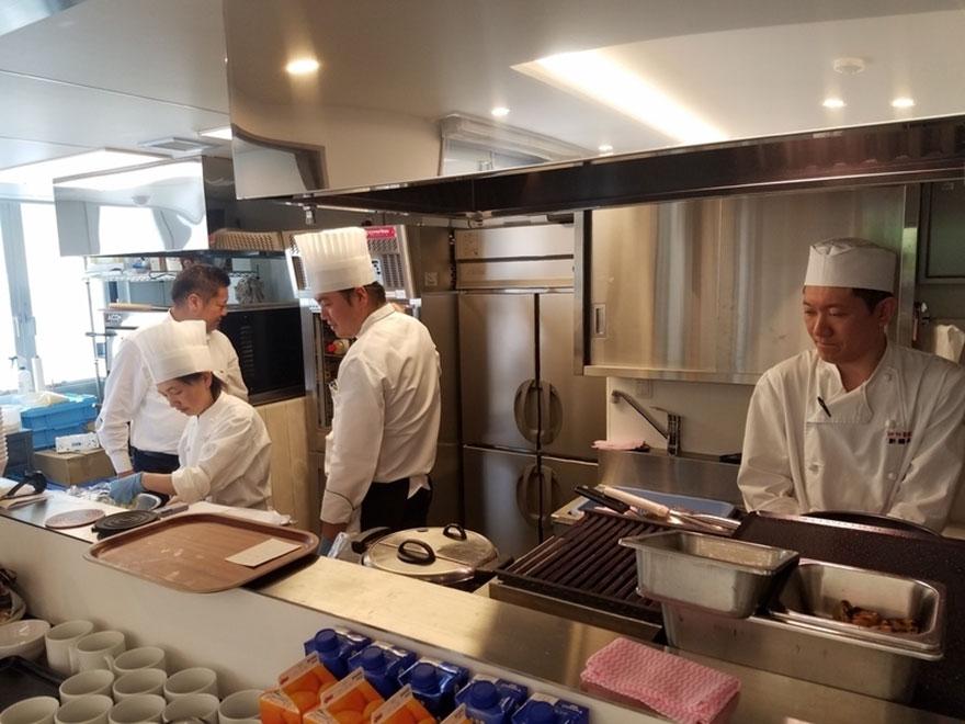waiters-dementia-restaurant-of-order-mistakes-tokyo-10
