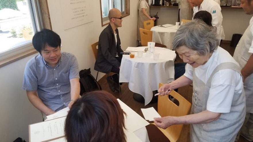 waiters-dementia-restaurant-of-order-mistakes-tokyo-5