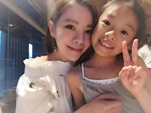 youthful-taiwanese-woman-mother-sisters-lure-fayfay-sharon-hsu-0010